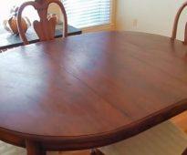 We doen het restaureren van de tafel met hun eigen handen